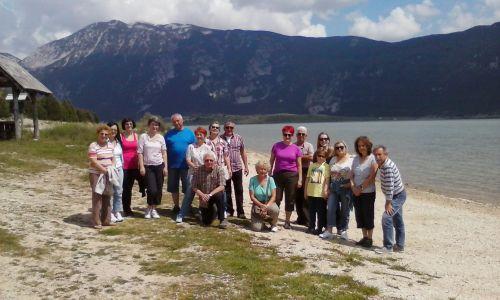 grupa na jezeru